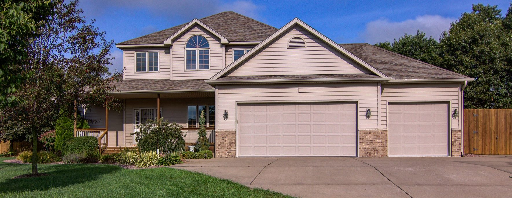 blog team tiry chippewa valley s 1 real estate team check out this gorgeous house at n1755 945th street in eau claire with 5 bedrooms 3 5 baths and a 5 car garage for 359 900